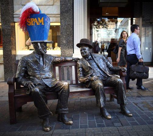 В Лондоне статуи «примерили» головные уборы