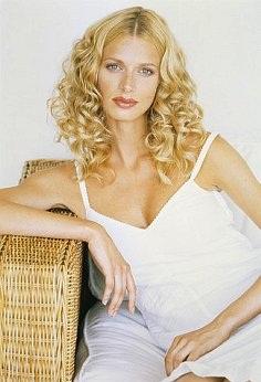 Густые кудри блондинки